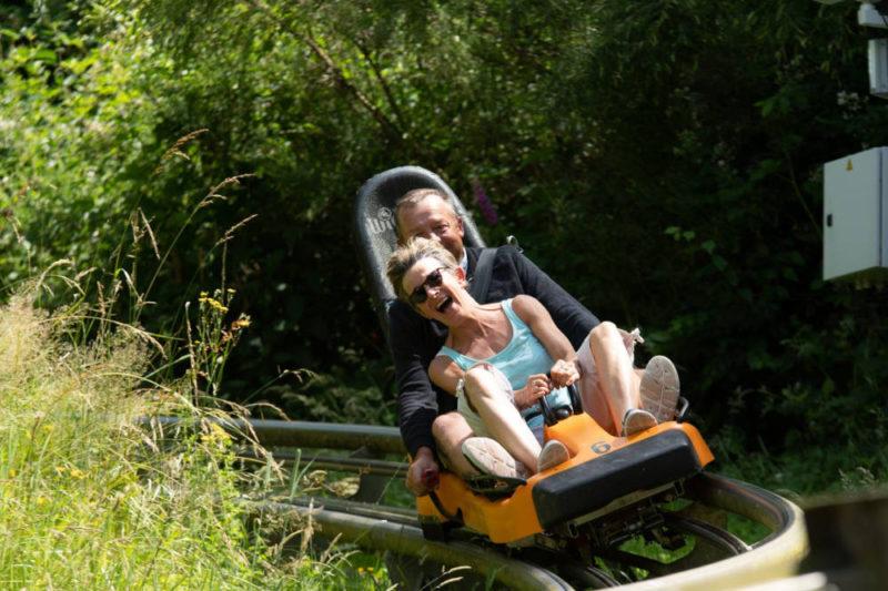 couple-famille-luge-sur-rails-normandie-luge